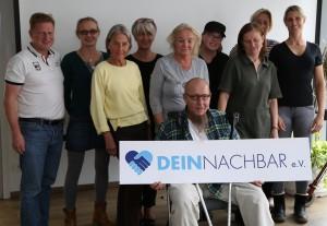 Die TeilnehmerInnen des Demenzhelfer-Kurses mit ihren Ausbilderinnen Magdalena Linze (2.v.l.) und Barbara Schachtschneider (2.v.r.). Foto: Peter Beutelberger