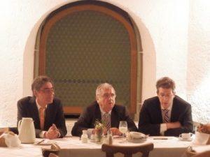 Diskussion mit Bayerischen Landtag mit Dr. Markus Blume (SCU, rechts)